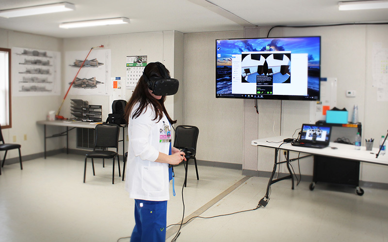 VR Transforms 3 interacting with goggles - واقعیت مجازی پزشکان را به ساختوساز مجازی فرا میخواند