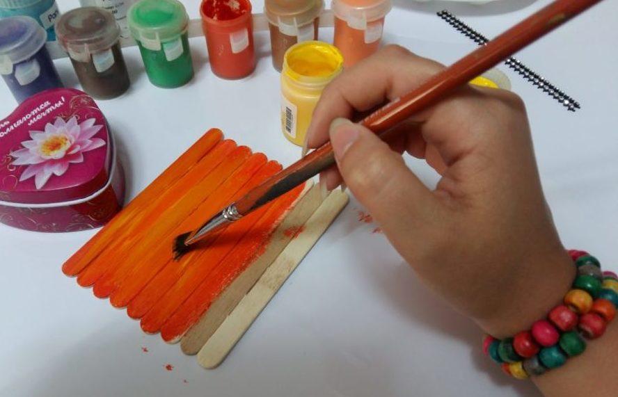 رنگ کردن روی چوب